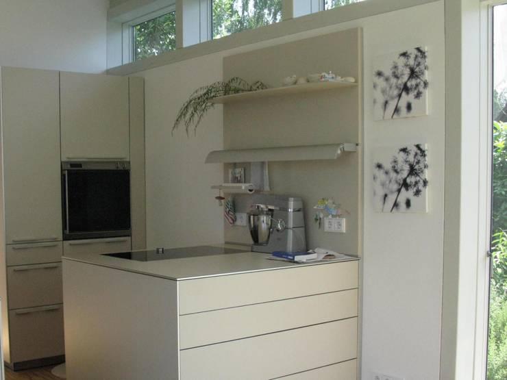 Küchenansicht im Anbau:  Küche von RiekeGüntscheArchitekten BDA