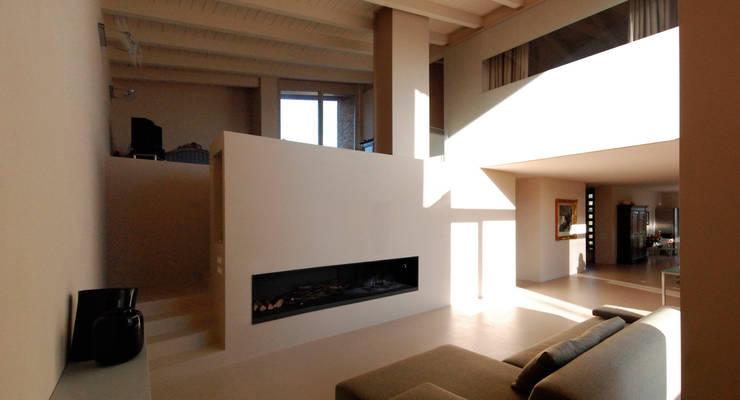 Casa Manfredi _ il doppio volume d'ingresso: Soggiorno in stile  di LDA.iMdA architetti associati