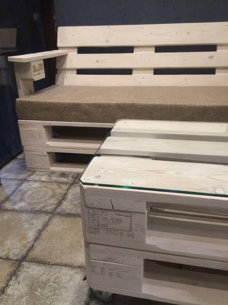 Диван и журнальный столик на балкон: Гостиная в . Автор – WoodMorning!_pallet joinery