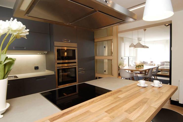 Decoración de casa moderna y actual para familia con niños: Cocinas de estilo  de Sube Susaeta Interiorismo