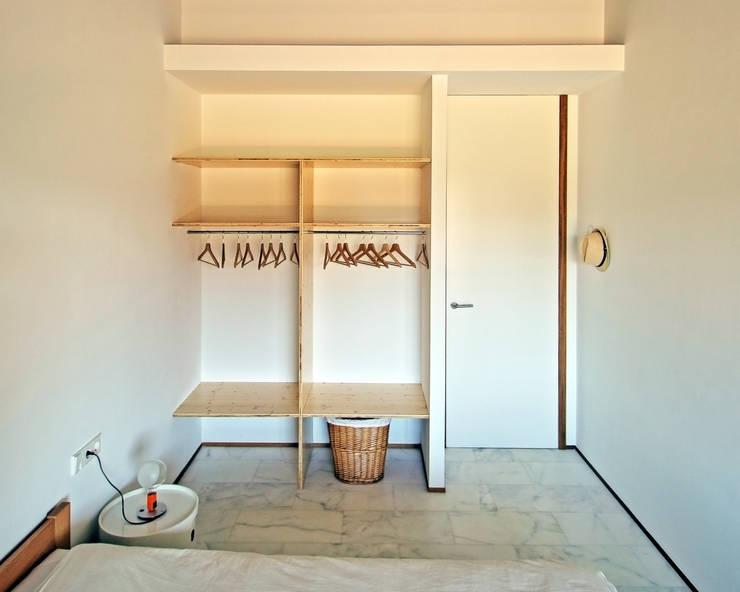 Camera da letto in stile  di bellafilarquitectes