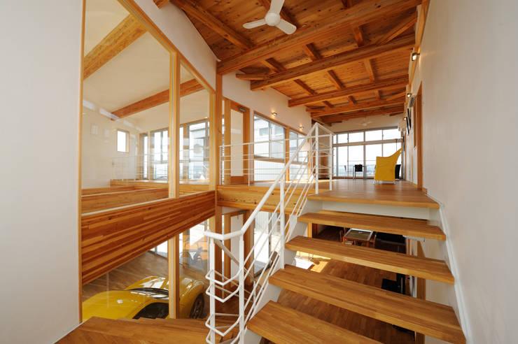 K-house 階段: 株式会社 森本建築事務所が手掛けた廊下 & 玄関です。,モダン