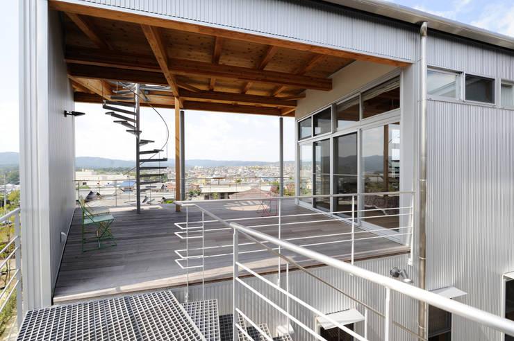K-house 2階テラス : 株式会社 森本建築事務所が手掛けたテラス・ベランダです。,モダン