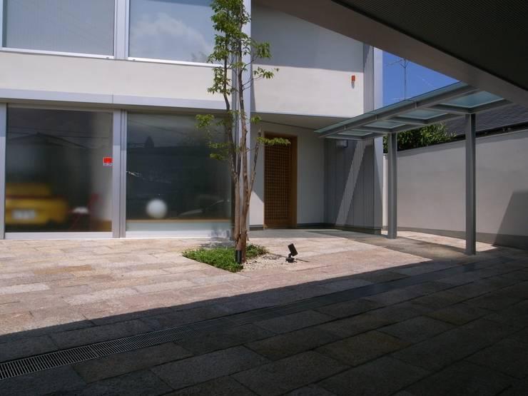 K-house アプローチ: 株式会社 森本建築事務所が手掛けた家です。,モダン