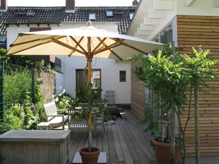Terrasse mit Anabau und Altbau:  Häuser von RiekeGüntscheArchitekten BDA