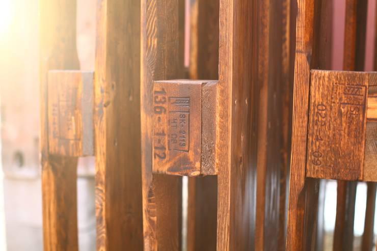 Будующие офисные cтолы сохнут на закатном солнце после покраски.: Офисные помещения и магазины в . Автор – WoodMorning!_pallet joinery