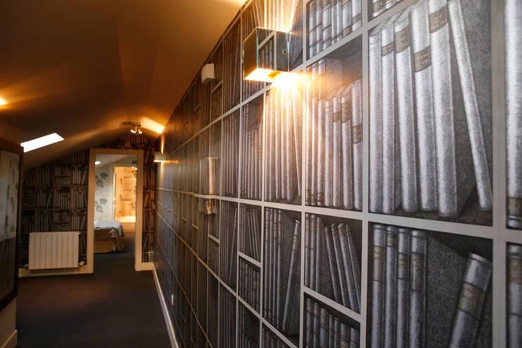 Decoración interior de duplex acogedor, Sube Susaeta Interiorismo – Sube Contract: Pasillos y vestíbulos de estilo  de Sube Susaeta Interiorismo