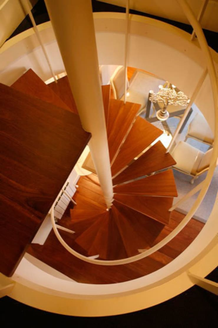 Decoración interior de duplex acogedor, Sube Susaeta Interiorismo – Sube Contract: Escaleras de estilo  de Sube Susaeta Interiorismo