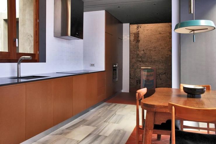 Casa Julia: Cocinas de estilo  de bellafilarquitectes