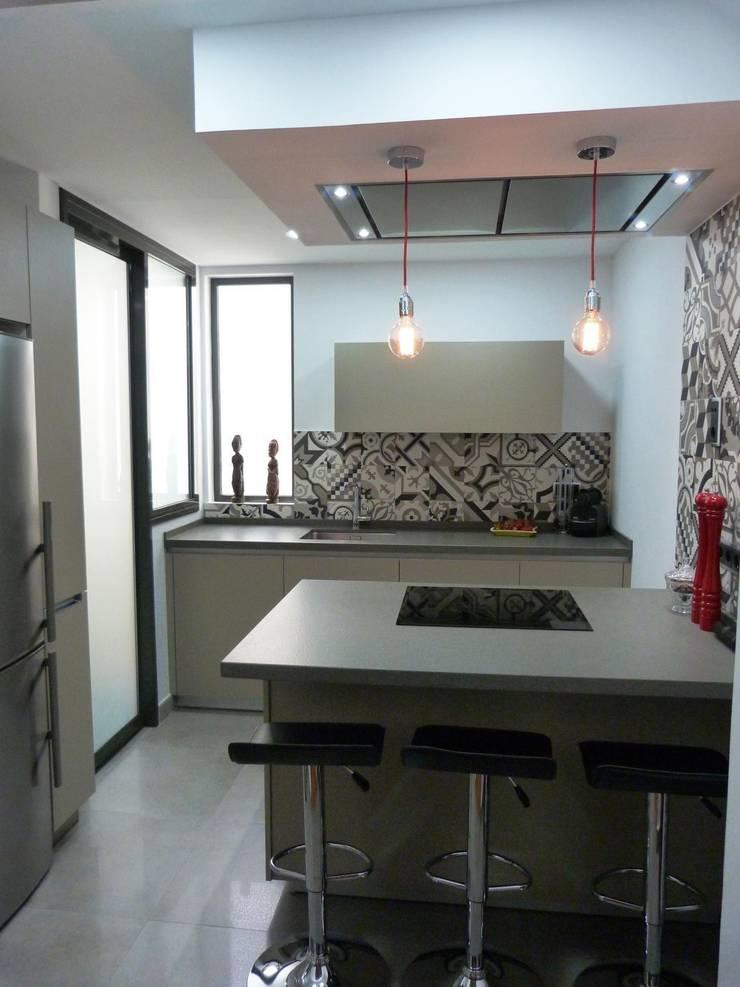COCINA DE MJ&P Isla: Cocinas de estilo  de RENOVA INTERIORS