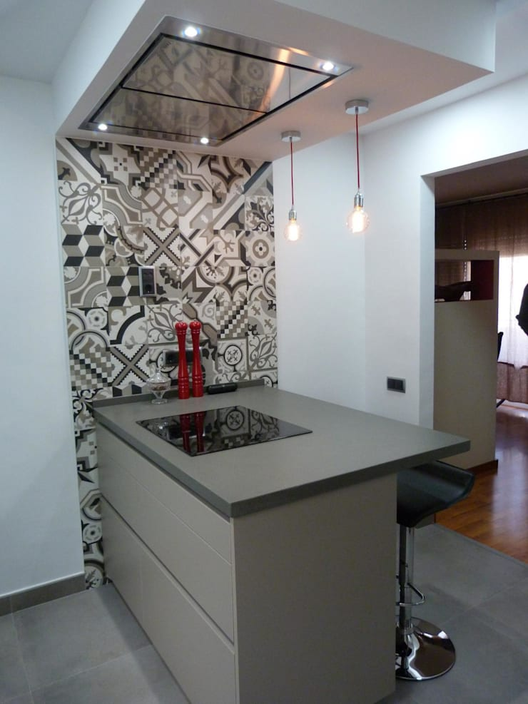 COCINA DE MJ&P.  Isla: Cocinas de estilo  de RENOVA INTERIORS