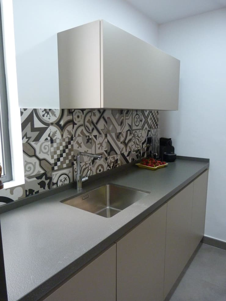 COCINA DE MJ&P.  Mobiliario: Cocina de estilo  de RENOVA INTERIORS