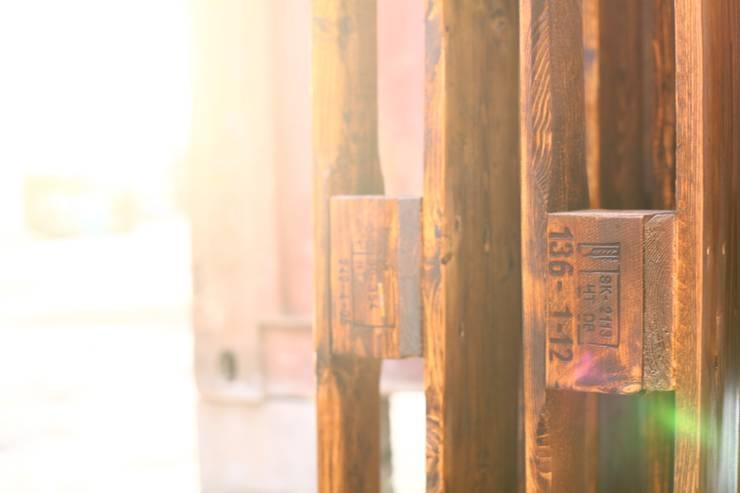 Будующие толы сохнут на закатном солнце после покраски.: Офисные помещения и магазины в . Автор – WoodMorning!_pallet joinery
