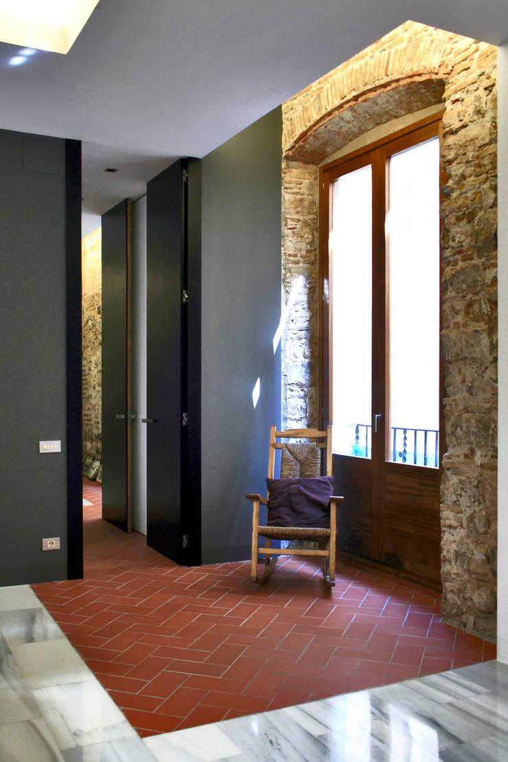 Casa Julia: Salones de estilo  de bellafilarquitectes