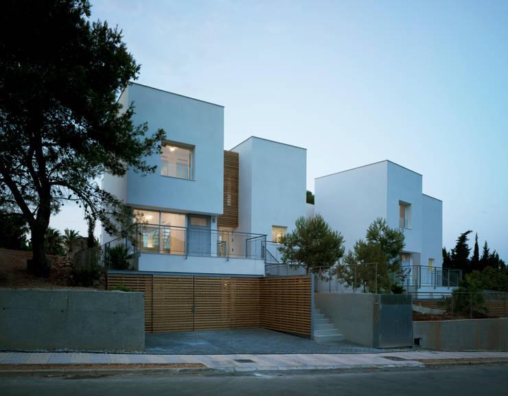 Front Façade: Casas de estilo  de DeVillarCHacon