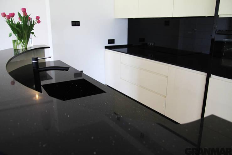 Blat kuchenny z konglomeratu kwarcowego Nero Stardust - GRANMAR Sp. z o. o. : styl , w kategorii Kuchnia zaprojektowany przez GRANMAR Borowa Góra - granit, marmur, konglomerat kwarcowy