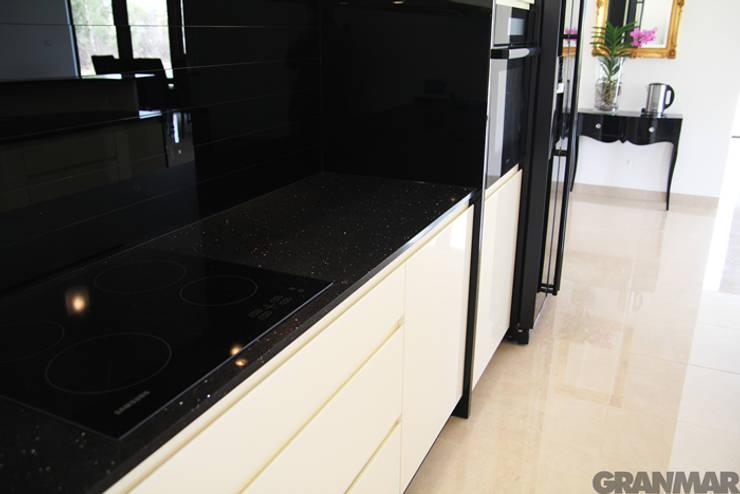 Nero Stardust - GRANMAR Sp. z o. o. : styl , w kategorii Kuchnia zaprojektowany przez GRANMAR Borowa Góra - granit, marmur, konglomerat kwarcowy