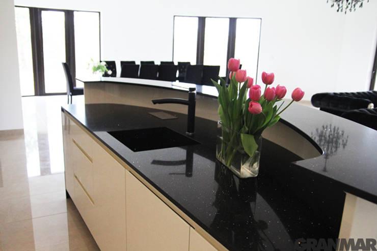 Blat kuchenny i lada barowa z kwarcu Nero Stardust - GRANMAR Sp. z o. o. : styl , w kategorii Kuchnia zaprojektowany przez GRANMAR Borowa Góra - granit, marmur, konglomerat kwarcowy