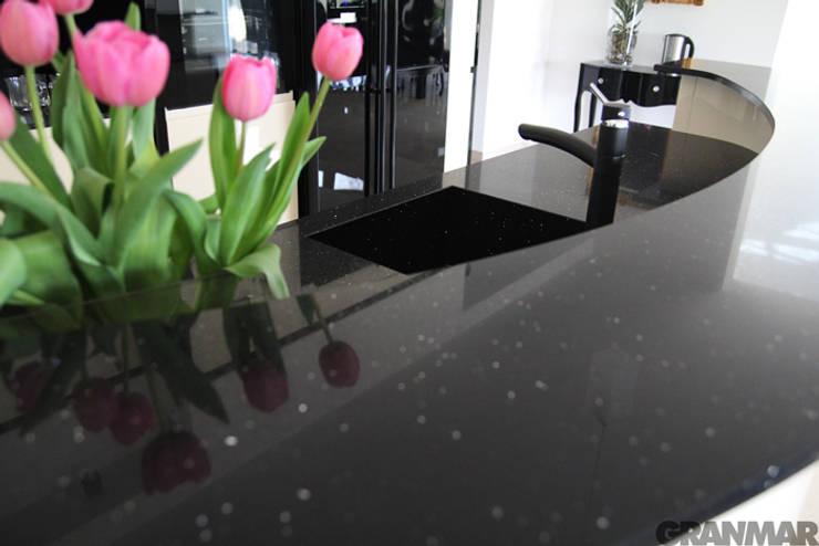 Blat i lada barowa z konglomeratu Nero Stardust - GRANMAR Sp. z o. o. : styl , w kategorii Kuchnia zaprojektowany przez GRANMAR Borowa Góra - granit, marmur, konglomerat kwarcowy