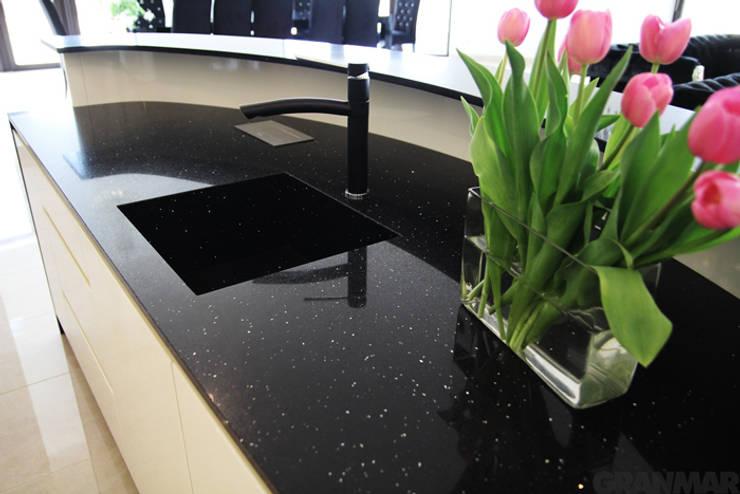 Konglomerat kwarcowy Nero Stardust - GRANMAR Sp. z o. o. - blat kuchenny : styl , w kategorii Kuchnia zaprojektowany przez GRANMAR Borowa Góra - granit, marmur, konglomerat kwarcowy