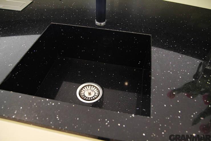 Zlew z konglomeratu kwarcowego Nero Stardust - GRANMAR Sp. z o. o. : styl , w kategorii Kuchnia zaprojektowany przez GRANMAR Borowa Góra - granit, marmur, konglomerat kwarcowy
