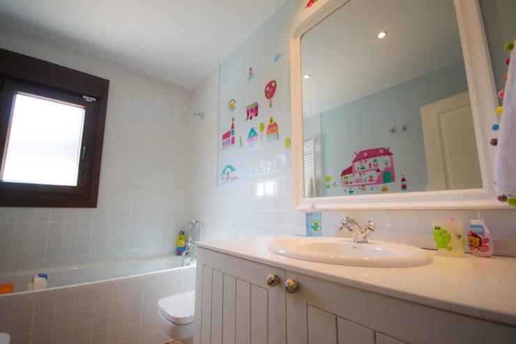 Cuarto de baño infantil: Baños de estilo  de Canexel