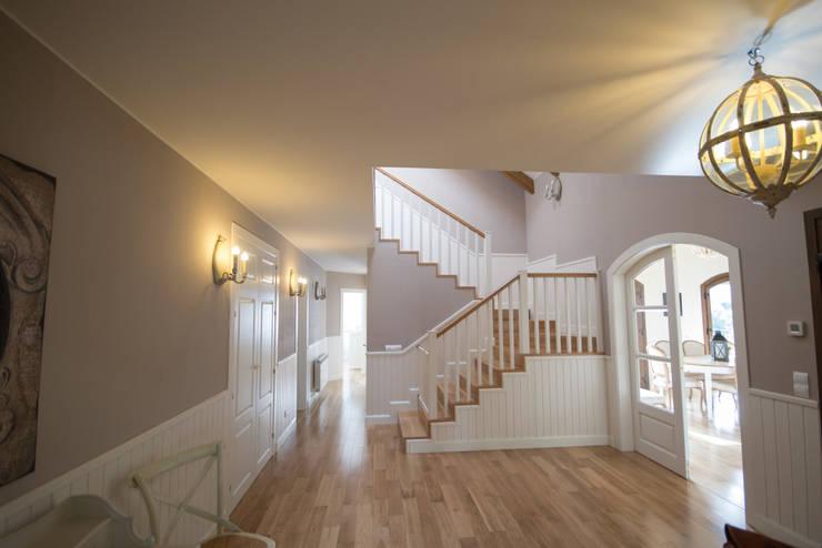 Distribuidor con escalera: Pasillos y vestíbulos de estilo  de Canexel