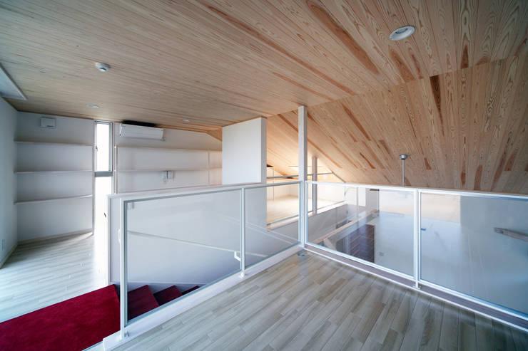 白浜の別荘: 一級建築士事務所 増田寿史建築事務所が手掛けた寝室です。,