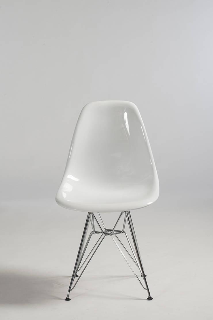 Cadeira Branca : Sala de estar  por Trapiche Carioca