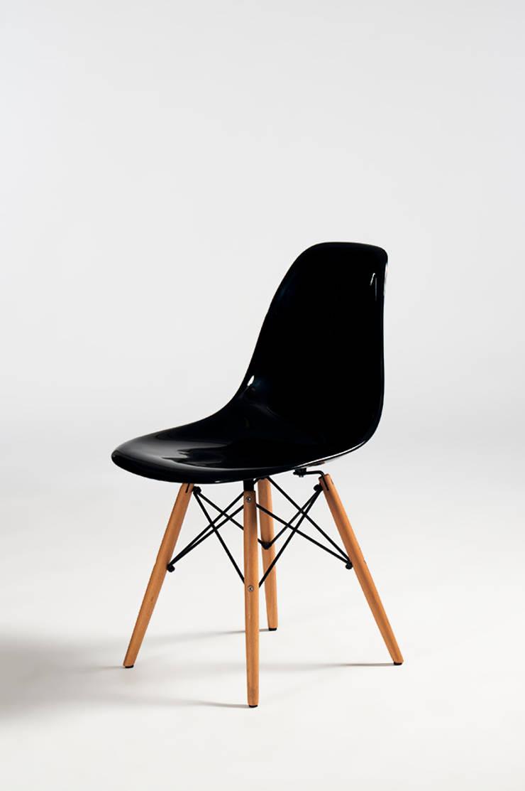 Cadeira concha preta : Sala de estar  por Trapiche Carioca