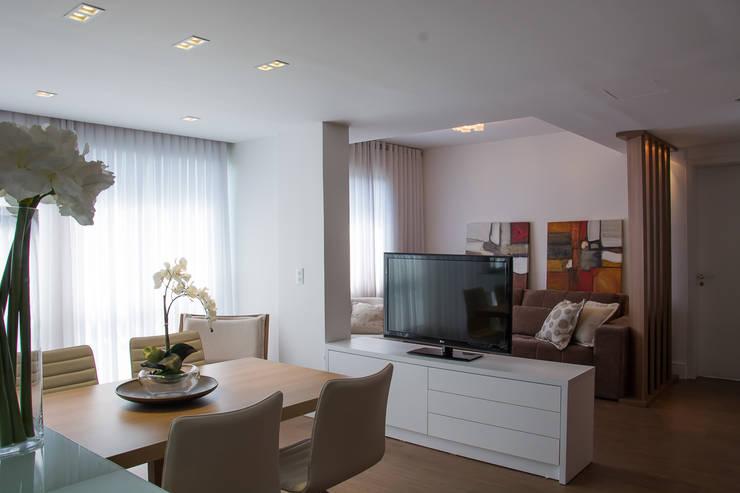 Apartamento Lindóia: Salas de estar  por Bibiana Menegaz - Arquitetura de Atmosfera