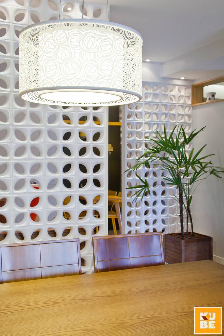 Apê Laranjeiras: Salas de jantar tropicais por Kube Arquitetura