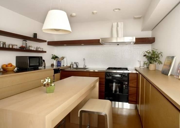 オープンキッチンのあるマンションリフォーム(渋谷): Style is Still Living ,inc.が手掛けたキッチンです。