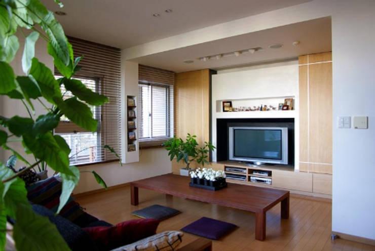 オープンキッチンのあるマンションリフォーム(渋谷): Style is Still Living ,inc.が手掛けたリビングです。