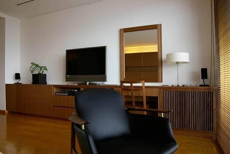 緑と光あふれる高級リフォーム(東京 世田谷): Style is Still Living ,inc.が手掛けた寝室です。