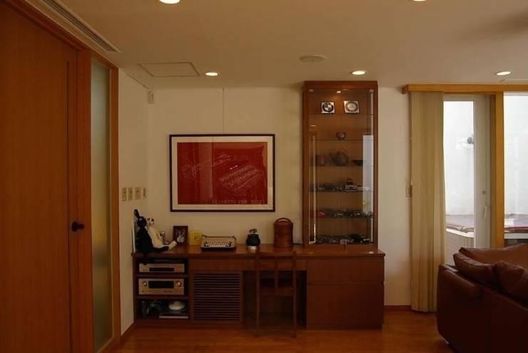 緑と光あふれる高級リフォーム(東京 世田谷): Style is Still Living ,inc.が手掛けた書斎です。