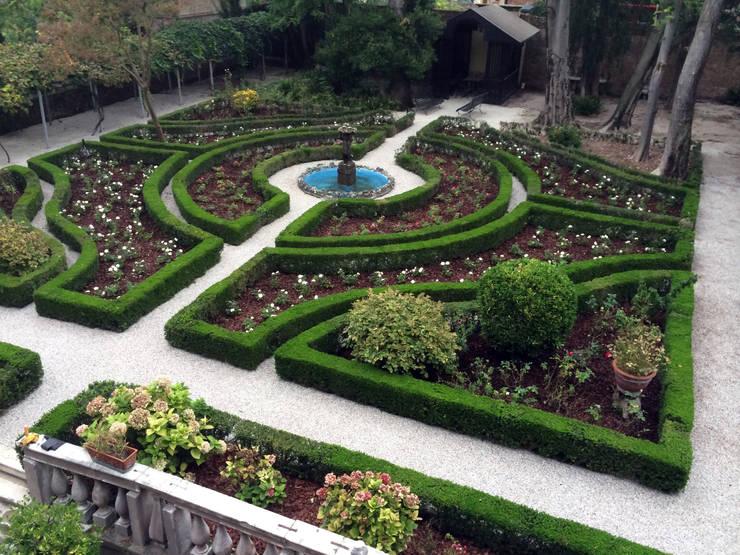 Un Giardino storico a Venezia. : Giardino in stile  di ESTERNIDAUTORE