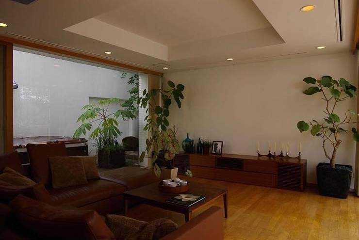 緑と光あふれる高級リフォーム(東京 世田谷): Style is Still Living ,inc.が手掛けたダイニングです。