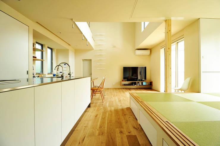 キッチンと小上がりの和室: garDEN株式会社が手掛けたキッチンです。,