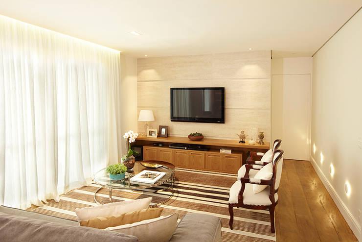 Sala de estar  por JULIANA MUCHON ARQUITETURA E INTERIORES