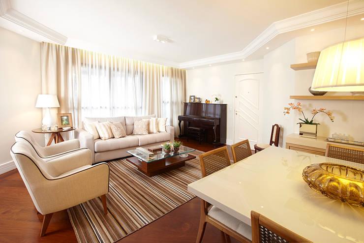 LIVING E JANTAR: Sala de estar  por JULIANA MUCHON ARQUITETURA E INTERIORES,