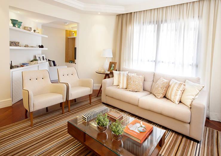 LIVING : Sala de estar  por JULIANA MUCHON ARQUITETURA E INTERIORES,