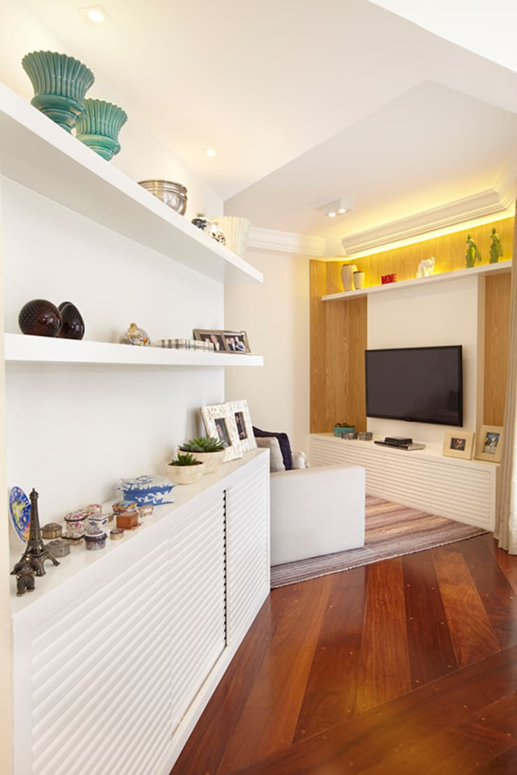 SALA DE TV E CORREDOR: Sala de estar  por JULIANA MUCHON ARQUITETURA E INTERIORES,