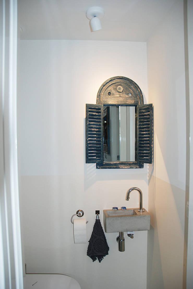 Toilet:  Badkamer door Puurbouwen, Modern