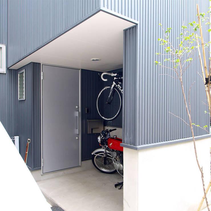 【LWH002】ファサード ポーチ: 志田建築設計事務所が手掛けた家です。,インダストリアル