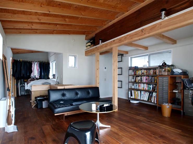 【LWH002】リビングルーム: 志田建築設計事務所が手掛けたリビングです。