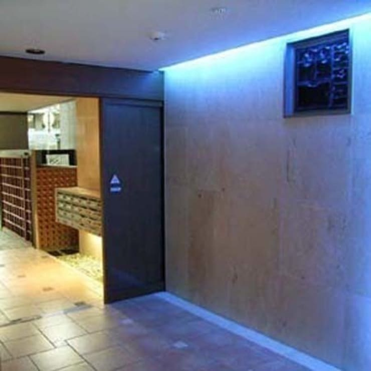 Entrance Hall: 南俊治建築研究所が手掛けたです。,