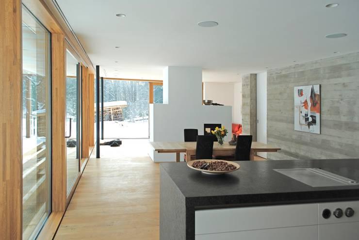 samerberg wohnhaus: moderne Esszimmer von krieger architekten bda