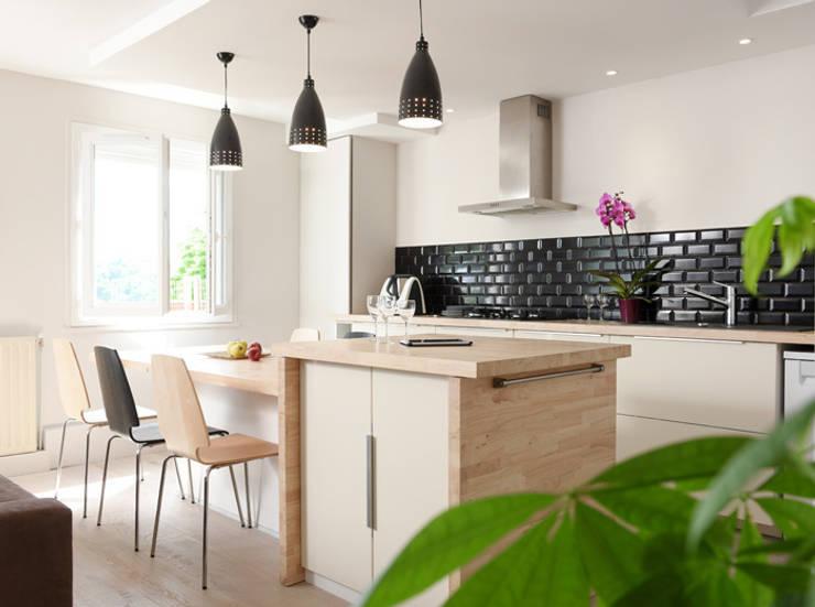 Rénovation d'un appartement à Fontaines sur Saone: Cuisine de style  par Marion Lanoë Architecte d'Intérieur