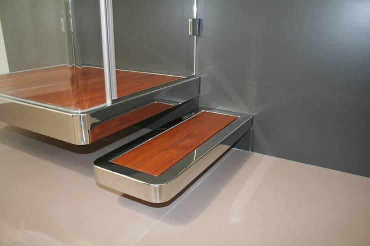 Piatto doccia sospeso P Fly: Bagno in stile  di SILVERPLAT
